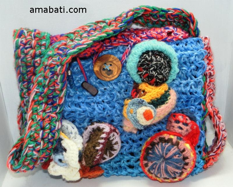 sac en ficelle agricole et sculptures de laine